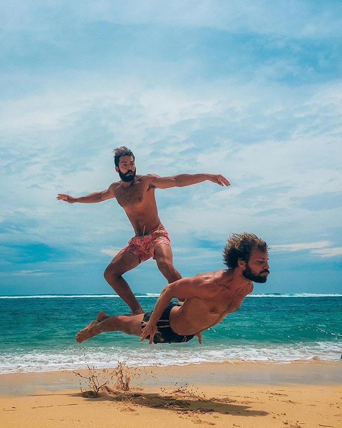 «Σερφάροντας» με τον κολλητό στην παραλία | Φωτογραφία της ημέρας