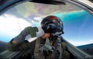 Πιλότος μαχητικού αεροσκάφους πίνει νερό