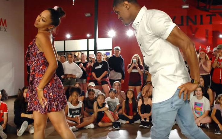 Χορογράφος κάνει πρόταση γάμου κατά τη διάρκεια χορογραφίας