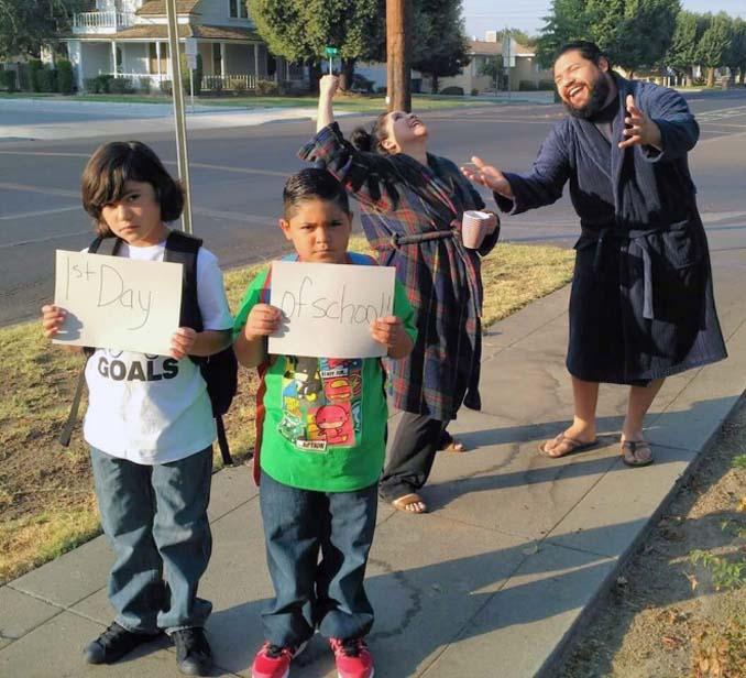 Γονείς που στέλνουν τα παιδιά τους πίσω στο σχολείο (1)