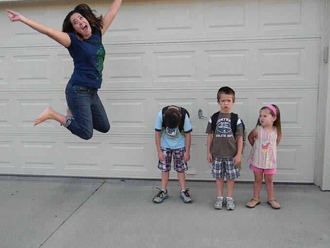 Γονείς που στέλνουν τα παιδιά τους πίσω στο σχολείο (4)
