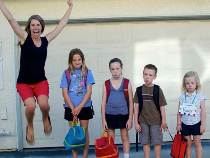 Γονείς που στέλνουν τα παιδιά τους πίσω στο σχολείο (11)