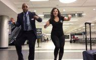 Γυναίκα έφτιαξε ένα ξεκαρδιστικό χορευτικό βίντεο καθώς περίμενε όλο το βράδυ στο αεροδρόμιο