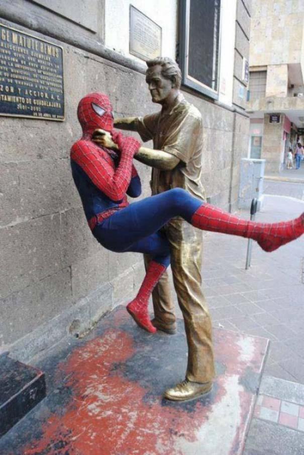 Ξεκαρδιστικές φωτογραφίες ανθρώπων που ποζάρουν με αγάλματα (1)