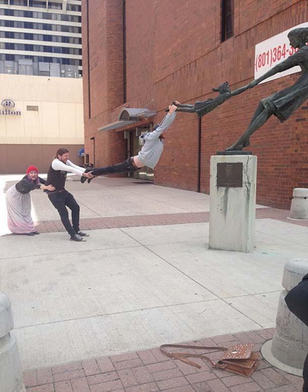 Ξεκαρδιστικές φωτογραφίες ανθρώπων που ποζάρουν με αγάλματα (3)