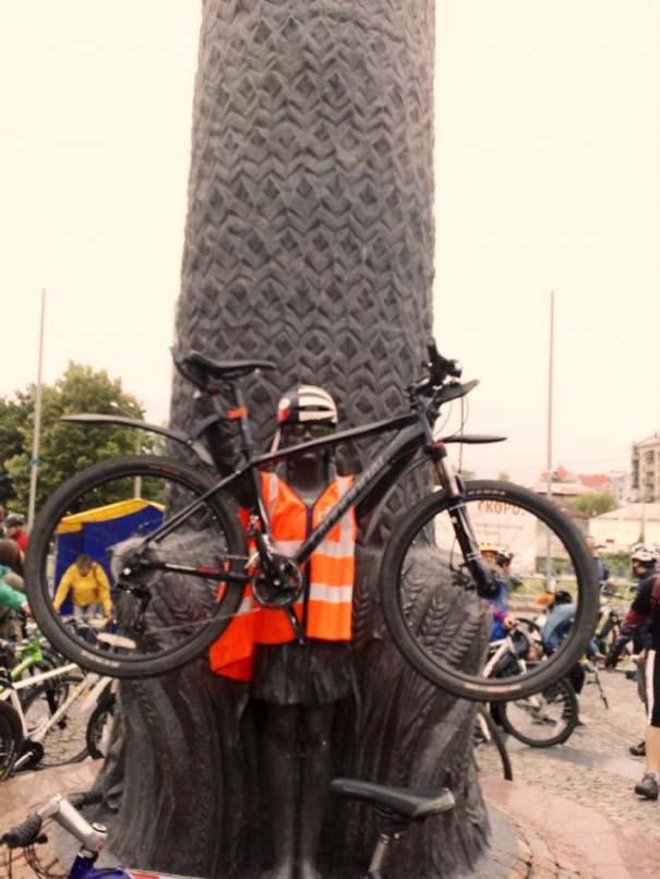 Ξεκαρδιστικές φωτογραφίες ανθρώπων που ποζάρουν με αγάλματα (4)