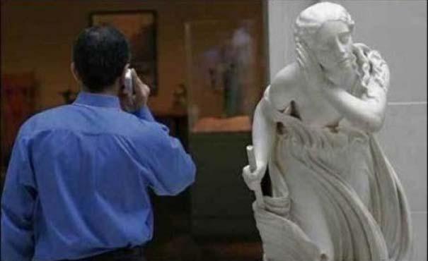 Ξεκαρδιστικές φωτογραφίες ανθρώπων που ποζάρουν με αγάλματα (6)