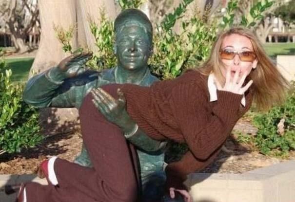 Ξεκαρδιστικές φωτογραφίες ανθρώπων που ποζάρουν με αγάλματα (7)