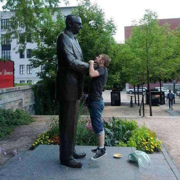 Ξεκαρδιστικές φωτογραφίες ανθρώπων που ποζάρουν με αγάλματα (9)