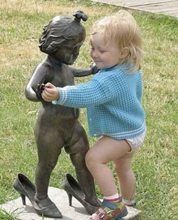 Ξεκαρδιστικές φωτογραφίες ανθρώπων που ποζάρουν με αγάλματα (12)