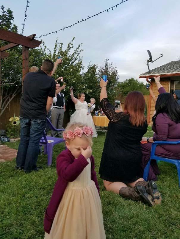Ξεκαρδιστικές φωτογραφίες παιδιών σε γάμους (1)