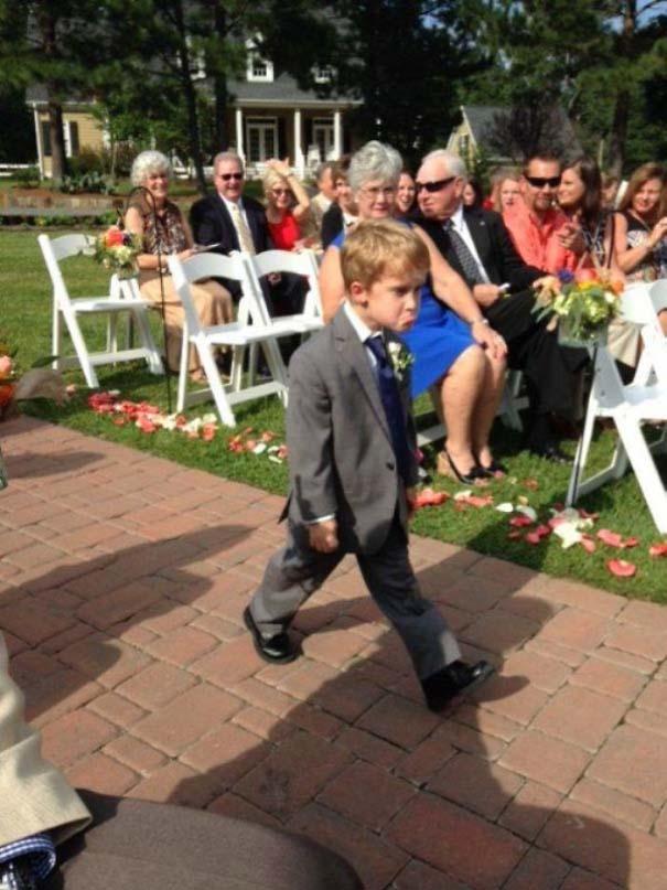 Ξεκαρδιστικές φωτογραφίες παιδιών σε γάμους (3)