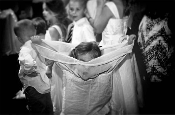 Ξεκαρδιστικές φωτογραφίες παιδιών σε γάμους (15)