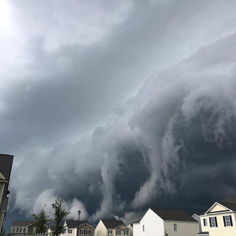 Το σύννεφο που μοιάζει με τσουνάμι στον ουρανό | Φωτογραφία της ημέρας