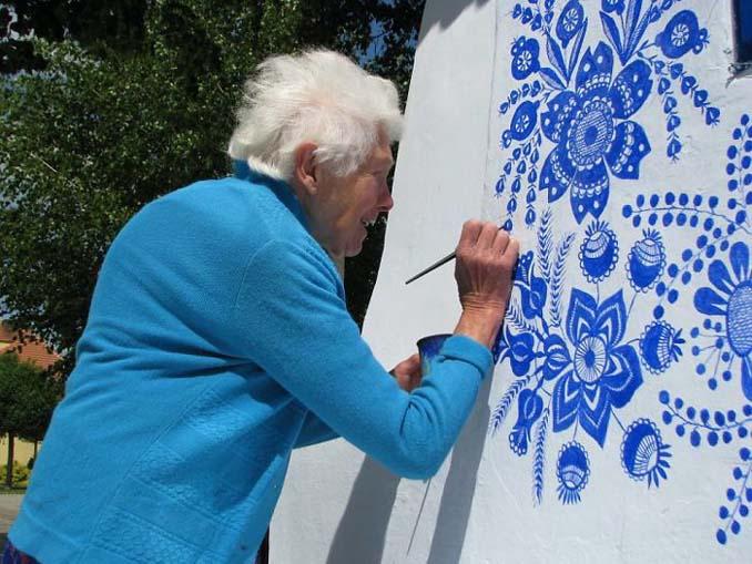 90χρονη γιαγιά μετατρέπει χωριό στην Τσεχία σε έργο τέχνης ζωγραφίζοντας στο εξωτερικό των σπιτιών (12)