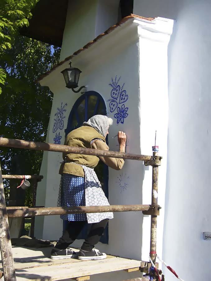 90χρονη γιαγιά μετατρέπει χωριό στην Τσεχία σε έργο τέχνης ζωγραφίζοντας στο εξωτερικό των σπιτιών (13)