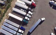 Το εντυπωσιακό παρκάρισμα ενός οδηγού νταλίκας από εναέριο βίντεο