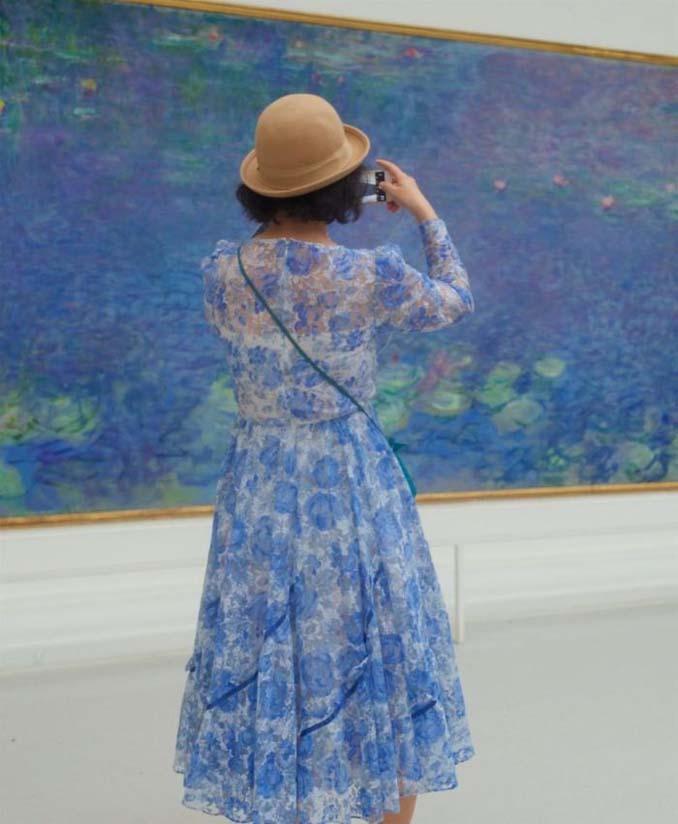 Φωτογράφος αφιερώνει αμέτρητες ώρες περιμένοντας επισκέπτες μουσείων που ταιριάζουν με τα εκθέματα (1)