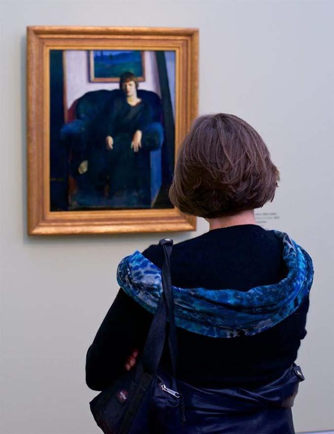 Φωτογράφος αφιερώνει αμέτρητες ώρες περιμένοντας επισκέπτες μουσείων που ταιριάζουν με τα εκθέματα (3)