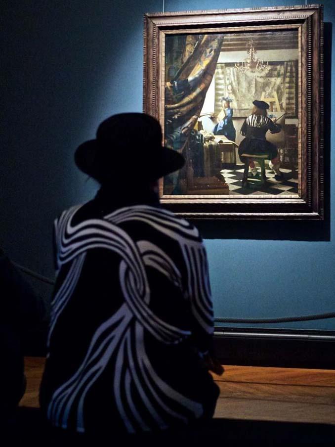 Φωτογράφος αφιερώνει αμέτρητες ώρες περιμένοντας επισκέπτες μουσείων που ταιριάζουν με τα εκθέματα (5)