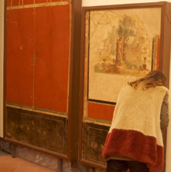 Φωτογράφος αφιερώνει αμέτρητες ώρες περιμένοντας επισκέπτες μουσείων που ταιριάζουν με τα εκθέματα (7)