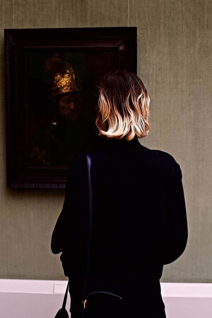 Φωτογράφος αφιερώνει αμέτρητες ώρες περιμένοντας επισκέπτες μουσείων που ταιριάζουν με τα εκθέματα (8)