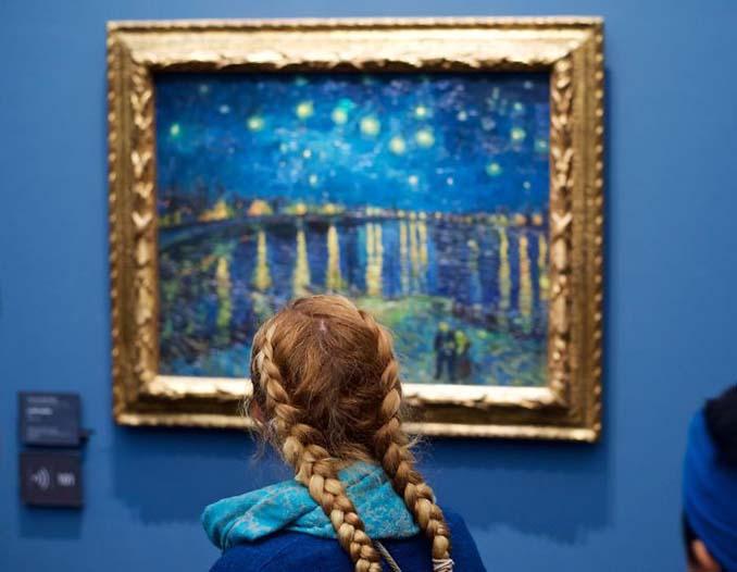 Φωτογράφος αφιερώνει αμέτρητες ώρες περιμένοντας επισκέπτες μουσείων που ταιριάζουν με τα εκθέματα (10)