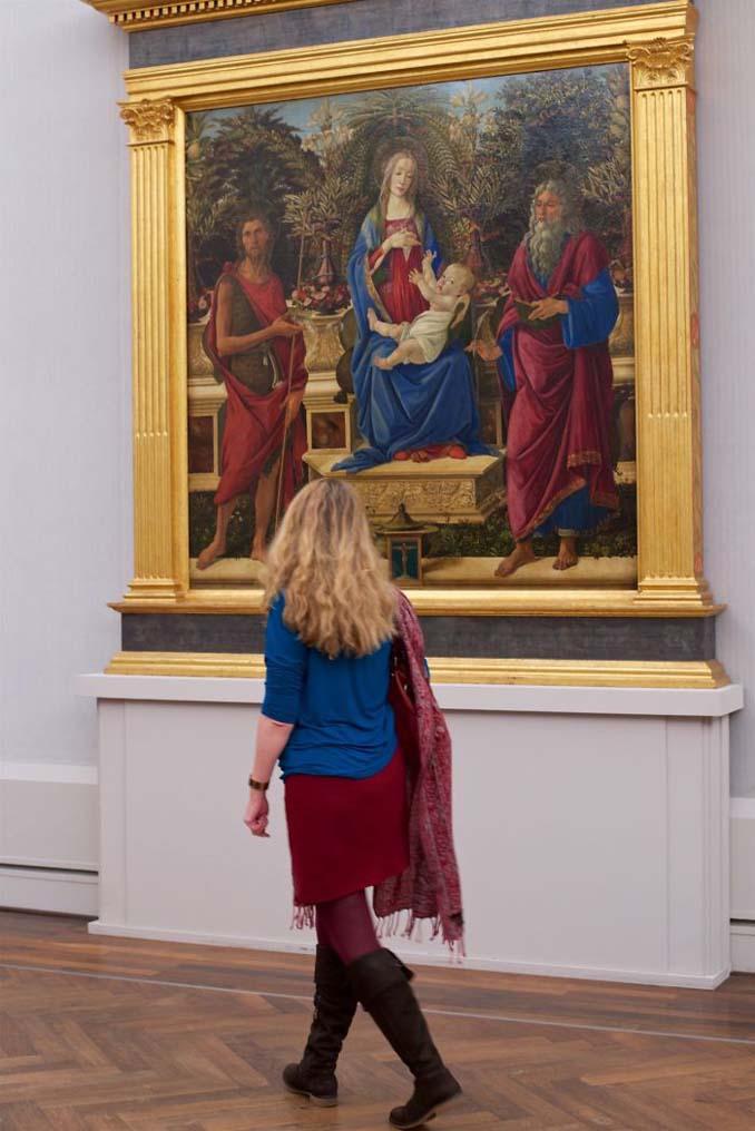 Φωτογράφος αφιερώνει αμέτρητες ώρες περιμένοντας επισκέπτες μουσείων που ταιριάζουν με τα εκθέματα (11)