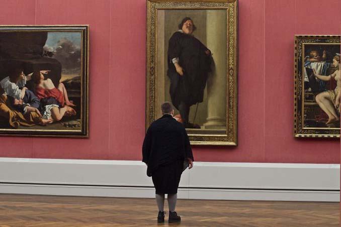 Φωτογράφος αφιερώνει αμέτρητες ώρες περιμένοντας επισκέπτες μουσείων που ταιριάζουν με τα εκθέματα (12)