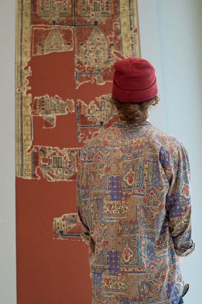 Φωτογράφος αφιερώνει αμέτρητες ώρες περιμένοντας επισκέπτες μουσείων που ταιριάζουν με τα εκθέματα (15)