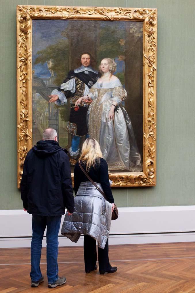 Φωτογράφος αφιερώνει αμέτρητες ώρες περιμένοντας επισκέπτες μουσείων που ταιριάζουν με τα εκθέματα (16)