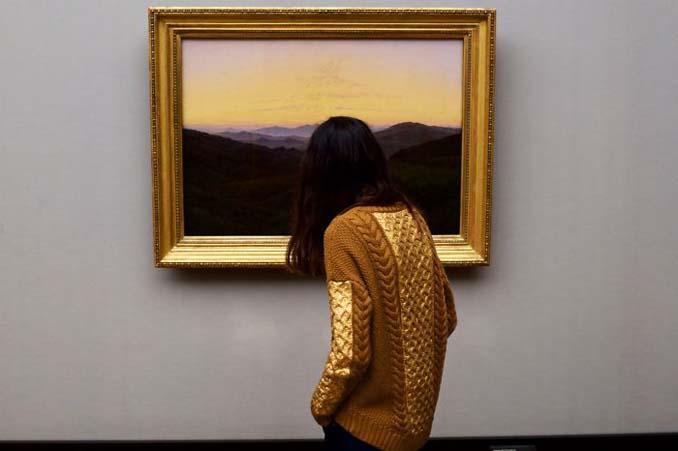 Φωτογράφος αφιερώνει αμέτρητες ώρες περιμένοντας επισκέπτες μουσείων που ταιριάζουν με τα εκθέματα (17)