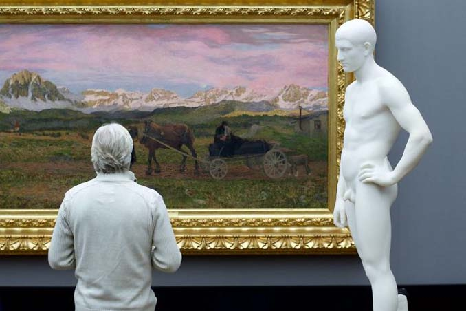 Φωτογράφος αφιερώνει αμέτρητες ώρες περιμένοντας επισκέπτες μουσείων που ταιριάζουν με τα εκθέματα (18)