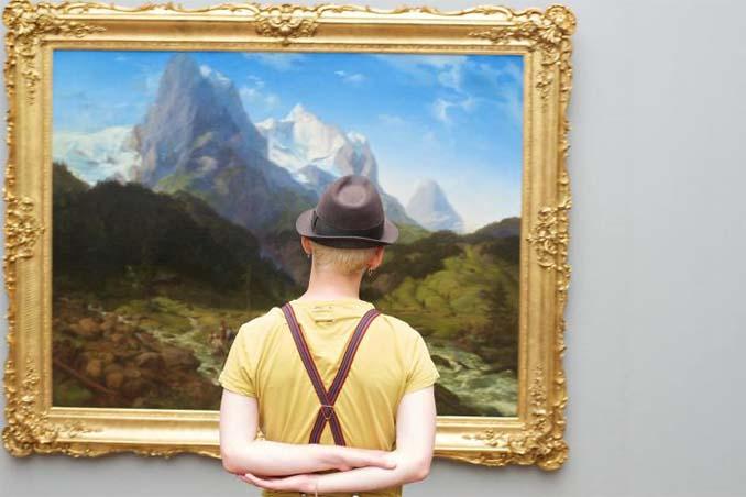 Φωτογράφος αφιερώνει αμέτρητες ώρες περιμένοντας επισκέπτες μουσείων που ταιριάζουν με τα εκθέματα (19)