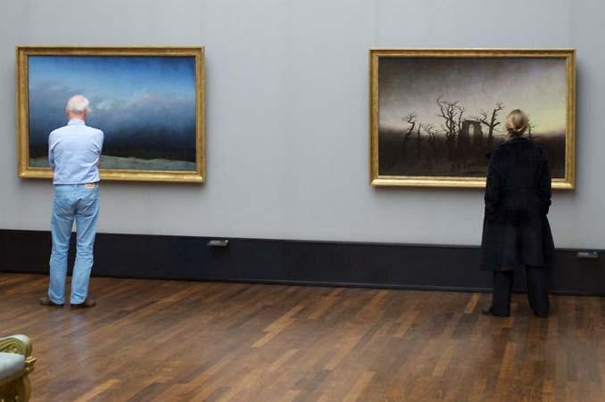 Φωτογράφος αφιερώνει αμέτρητες ώρες περιμένοντας επισκέπτες μουσείων που ταιριάζουν με τα εκθέματα (20)