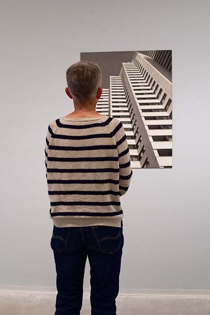 Φωτογράφος αφιερώνει αμέτρητες ώρες περιμένοντας επισκέπτες μουσείων που ταιριάζουν με τα εκθέματα (21)