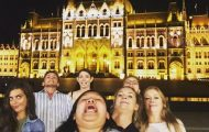 Γυναίκα διακωμωδεί τις τέλειες ταξιδιωτικές φωτογραφίες ποζάροντας με το πηγούνι