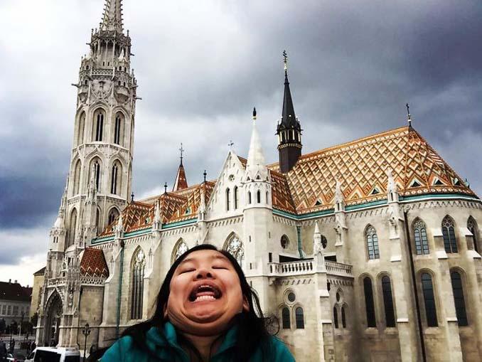 Γυναίκα διακωμωδεί τις τέλειες ταξιδιωτικές φωτογραφίες ποζάροντας με το πηγούνι (10)