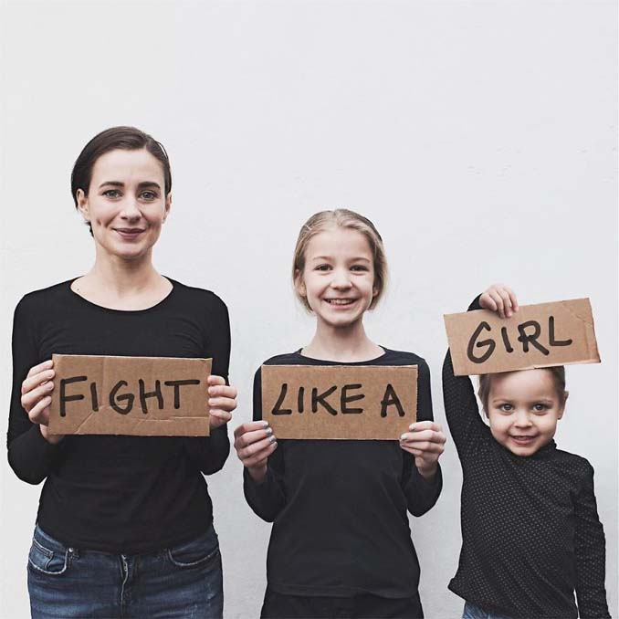 Μητέρα βγάζει απίθανες φωτογραφίες με τις δύο κόρες της φορώντας τα ίδια ρούχα (3)