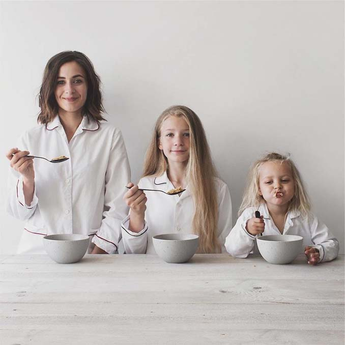Μητέρα βγάζει απίθανες φωτογραφίες με τις δύο κόρες της φορώντας τα ίδια ρούχα (10)