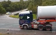 Οδηγός οχήματος μήκους 60 μέτρων πραγματοποιεί στροφή 90 μοιρών με αριστοτεχνικό τρόπο