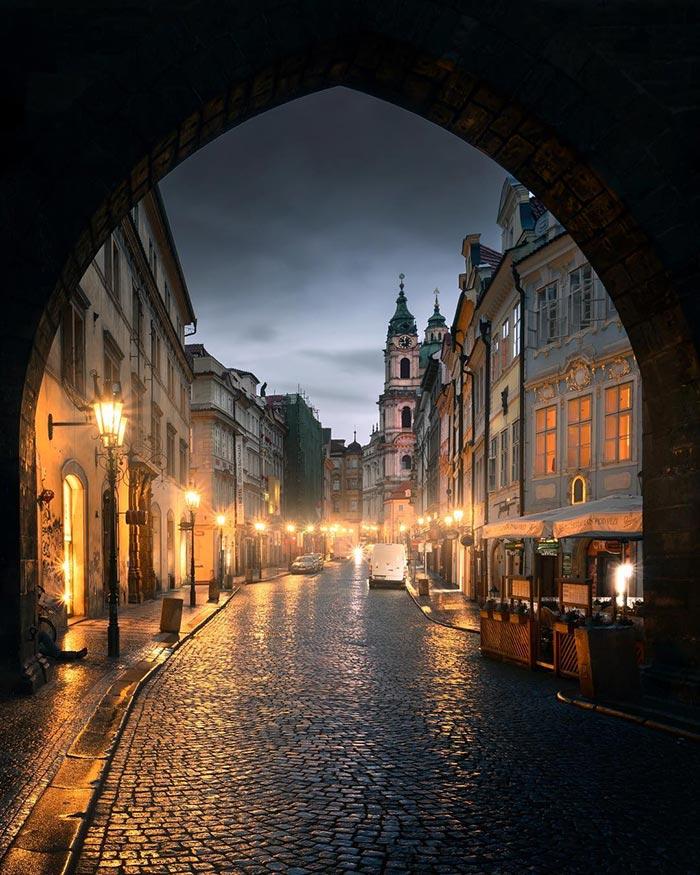 Περίπατος στους «ατμοσφαιρικούς» δρόμους της Πράγας | Φωτογραφία της ημέρας