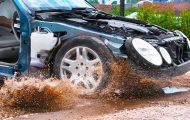 Δείτε τι συμβαίνει όταν το αυτοκίνητο πέφτει σε λακκούβα