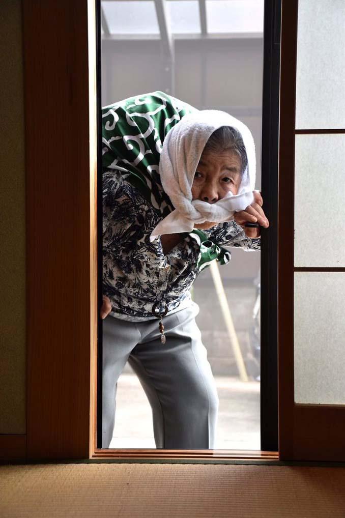 89χρονη γιαγιά από την Ιαπωνία ανακάλυψε τη φωτογραφία και ποζάρει για ξεκαρδιστικά πορτρέτα (3)