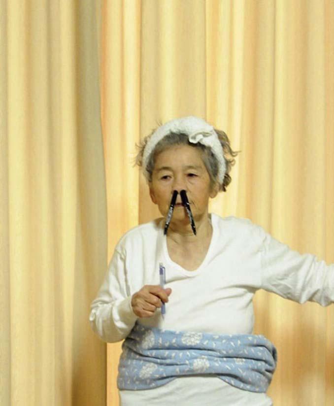 89χρονη γιαγιά από την Ιαπωνία ανακάλυψε τη φωτογραφία και ποζάρει για ξεκαρδιστικά πορτρέτα (5)