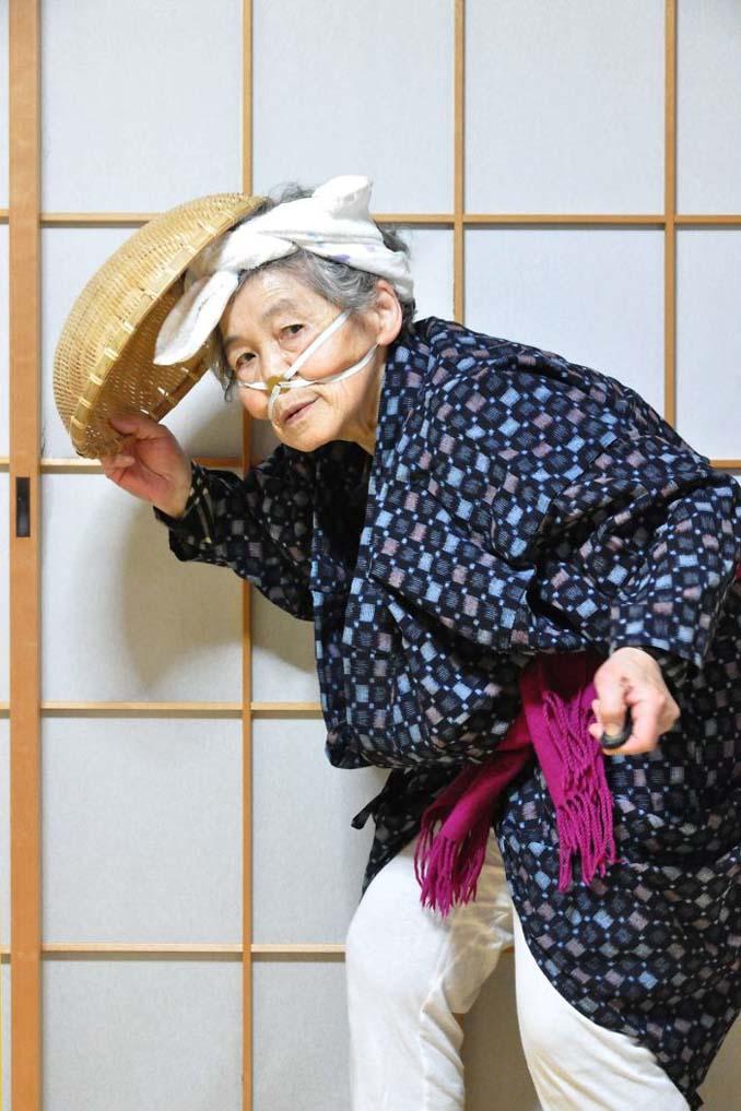 89χρονη γιαγιά από την Ιαπωνία ανακάλυψε τη φωτογραφία και ποζάρει για ξεκαρδιστικά πορτρέτα (7)
