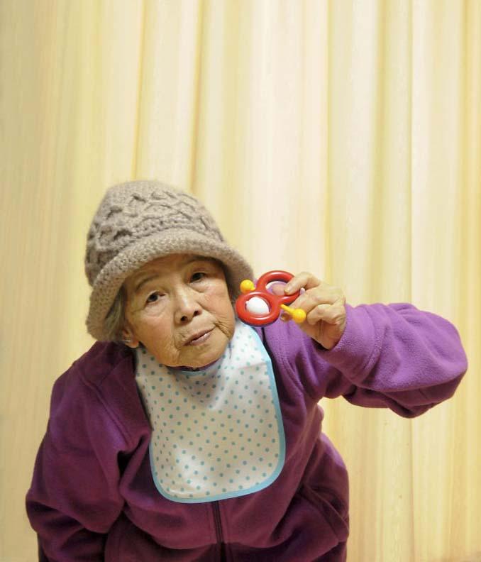 89χρονη γιαγιά από την Ιαπωνία ανακάλυψε τη φωτογραφία και ποζάρει για ξεκαρδιστικά πορτρέτα (12)