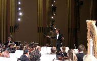Γυναίκα από το κοινό ξυπνάει με κραυγή όταν η ορχήστρα ανεβάζει απότομα την ένταση