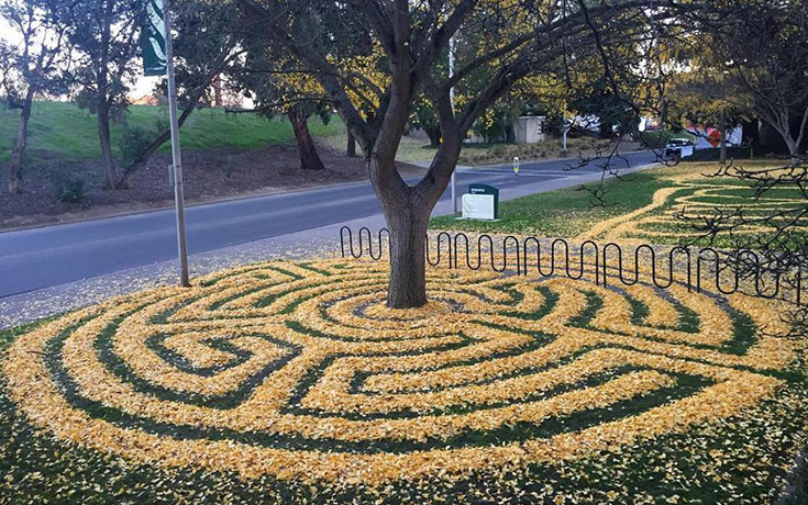 Καλλιτέχνιδα μετατρέπει πεσμένα φύλλα σε εκπληκτικά έργα τέχνης (1)