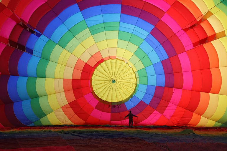 Φουσκώνοντας ένα αερόστατο | Φωτογραφία της ημέρας